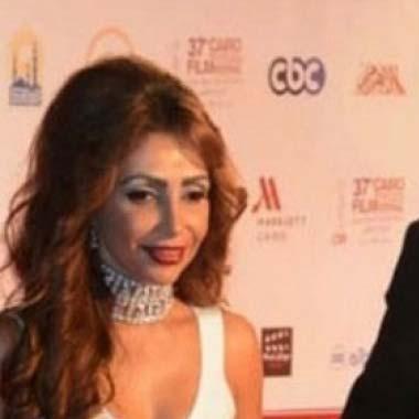 طليقة حسين فهمي تقاضيه لطردها ورمي ملابسها في الشارع!