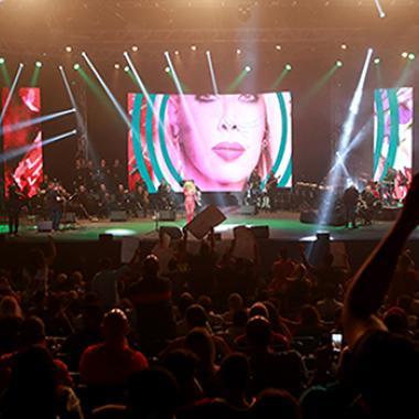 نوال الزغبي تغني فيروز ووردة في أعياد بيروت