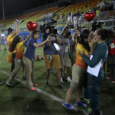 طَلَبت من حبيبتها الزواج أمام الكاميرات في الألعاب الأولمبية!