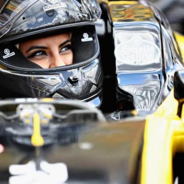 السعودية أسيل الحمد تقود سيارة فورمولا واحد في اليوم التاريخي