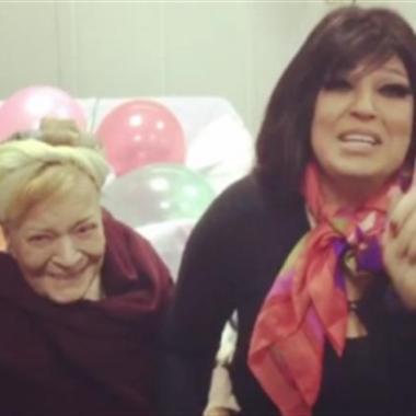 بالفيديو: فيفي عبده تحتفل بعيد ميلاد نادية لطفي في المستشفى.