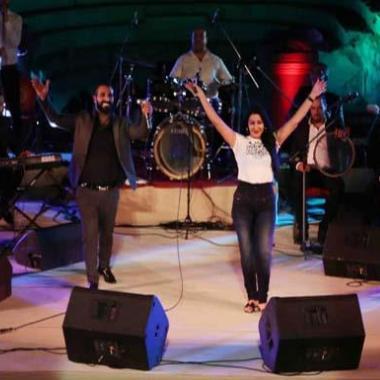 لماذا هتف الجمهور ضد وقوف سمية الخشاب مع أحمد سعد على المسرح؟