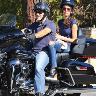 جورج وأمل كلوني على الدراجة النارية