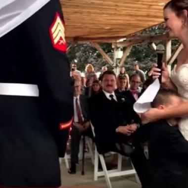 بالفيديو: لحظات مؤثرة لصبي صغير في حفل زواج والده