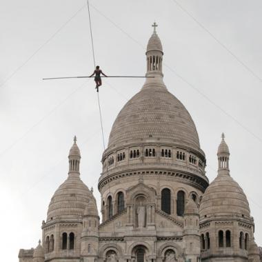 بالصور: تاتيانا موزيو بونغونغا مشت على حبل معلق على ارتفاع 35 متراً فوق مونمارتر الباريسية