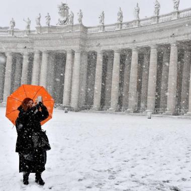 بالصور: روما الجميلة ومعالمها التاريخية ملفوفة بالأبيض