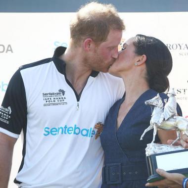 بالصور : قبلة حميمة بعد مباراة خيرية في البولو