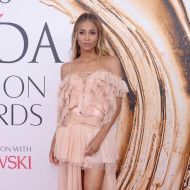 طبقات الفستان زادت Ciara Kloss رشاقةً!