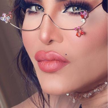 أحلام تبيع العطور والنظّارات والعدسات اللاصقة