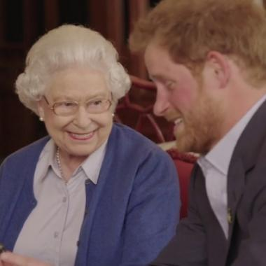 """هكذا وافقت الملكة إليزابيث رسمياً على زواج """"حفيدها الحبيب""""!"""