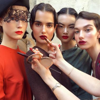 ماكياج شارلوت تيلبيوري يحيي زمن الأربعينات في أسبوع الموضة في باريس