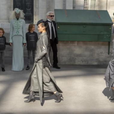 في عرض شانيل الشتوي احتفاء بمعالم باريسية