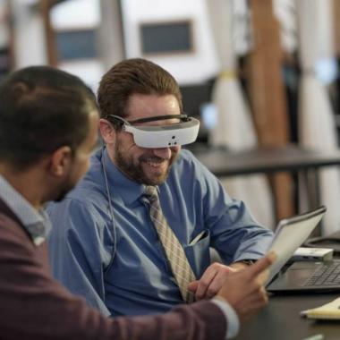 نظارات إلكترونية تعيد الرؤية إلى شبه المكفوفين