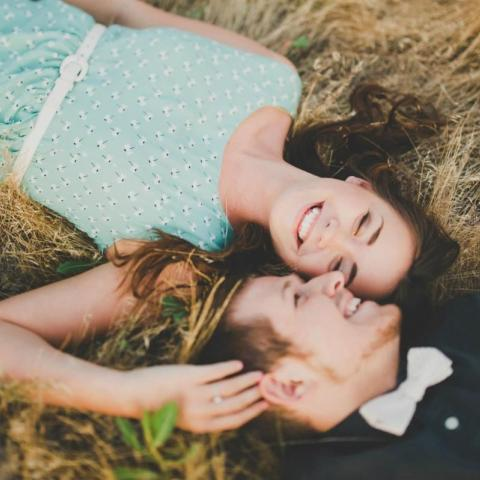 7 علامات تشير الى وقوعه في حبك!