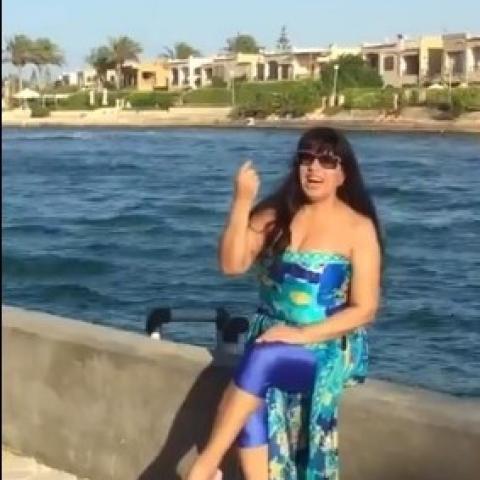 طرافة فيفي عبده على الساحل الشمالي