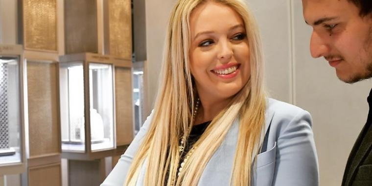 """ابنة الرئيس الأميركيّ تزور متجر """"سامر حليمة نيويورك"""" برفقة حبيبها وتشتري سوارًا بقيمة 500.000 جنيه استرليني"""