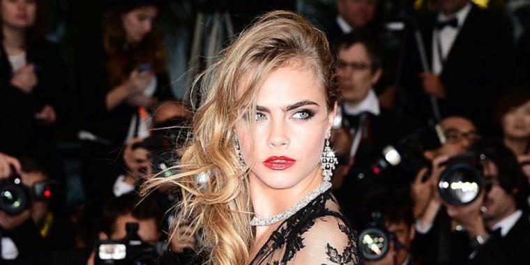 كارا ديليفين: تطور تسريحات شعرها في ثلاثين إطلالة