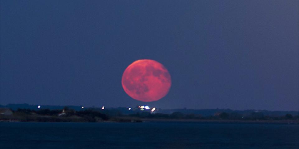 الليلة نحن على موعد مع جارنا القمر...الأحمر