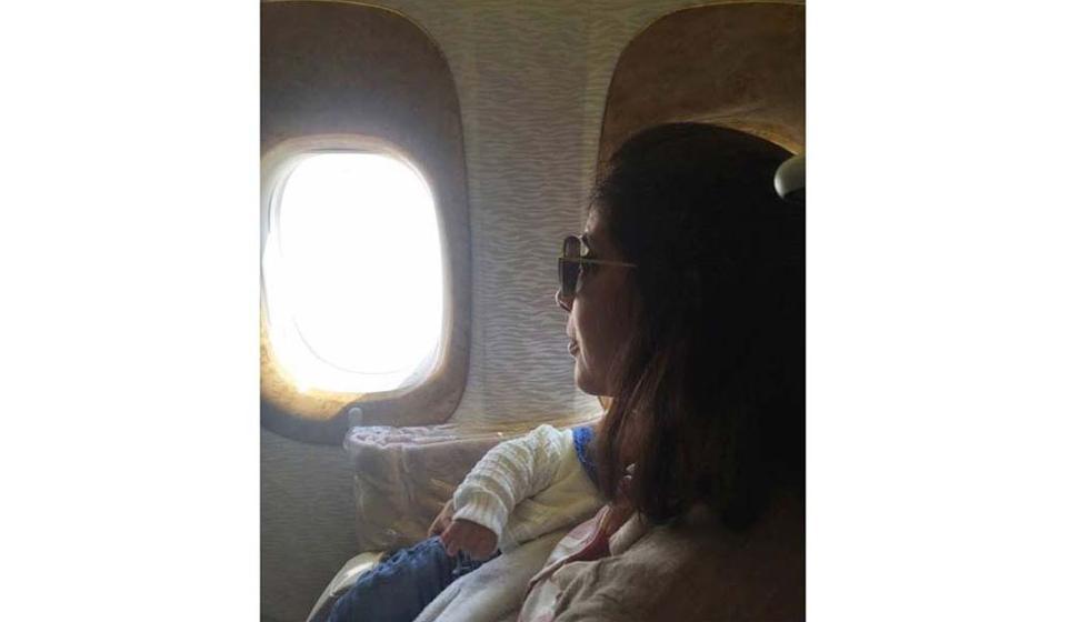 بالصورة: منى زكي مع طفلها الثالث في الطائرة إلى دبي