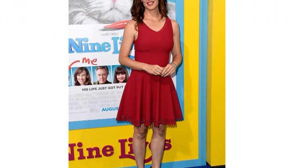 جينيفر غارنر مثيرة بفستان أحمر قصير!