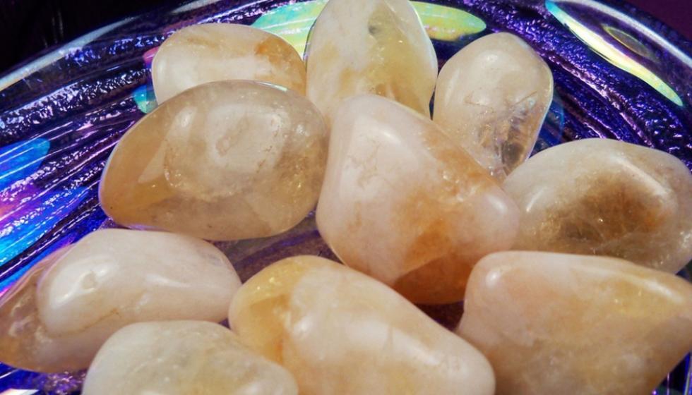 هل حقاً تبدّل الأحجار الكريمة حياة حامليها؟