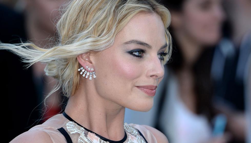 رقة وشفافية في إطلالة الممثلة Margot Robbie
