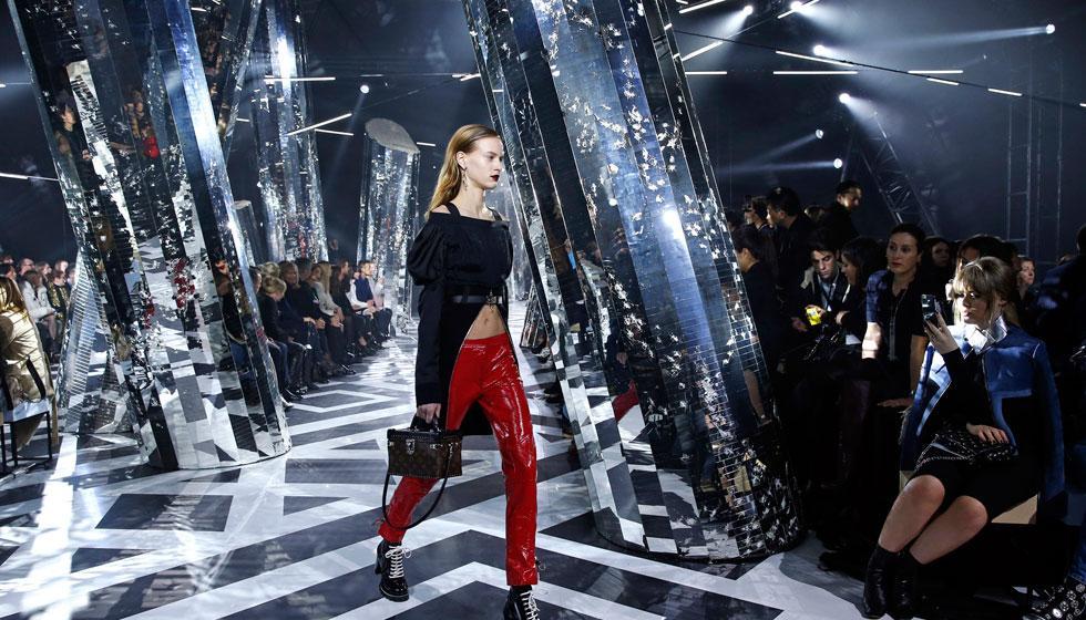 المدير الفني في فيتون للأزياء: لا أخشى الآلة في الصناعات الراقية