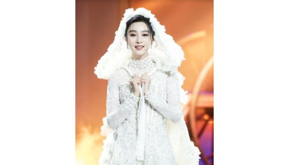 فان بينغ بينغ ساحرة بفستان زفافها القصير في The Amazing Magician