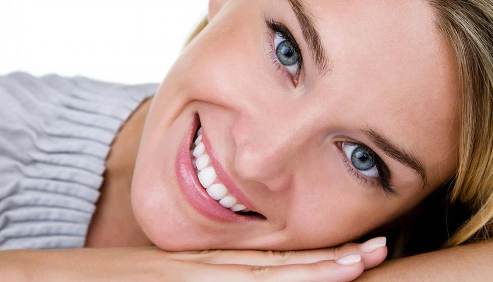 كيف تبيضين أسنانكِ بطرق طبيعية؟