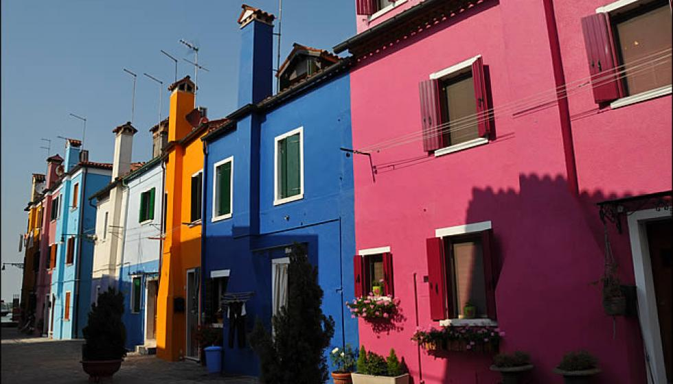 ألوان بيوت جزيرة بورانو الزاهية هدية النساء لأزواجهن