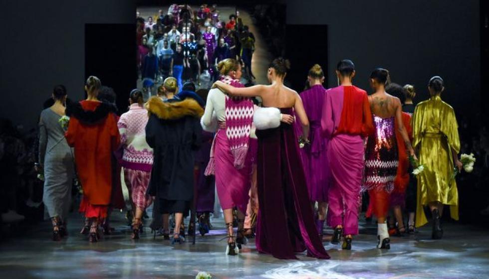 بيلا وجيجي حديد اختتمتا عرض Parabal Gurung في نيويورك لتمكين المرأة!