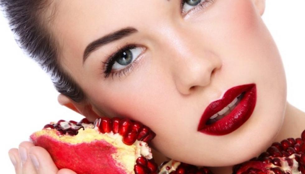 الخضار والفواكه الحمراء لبشرة فاتحة ونضرة