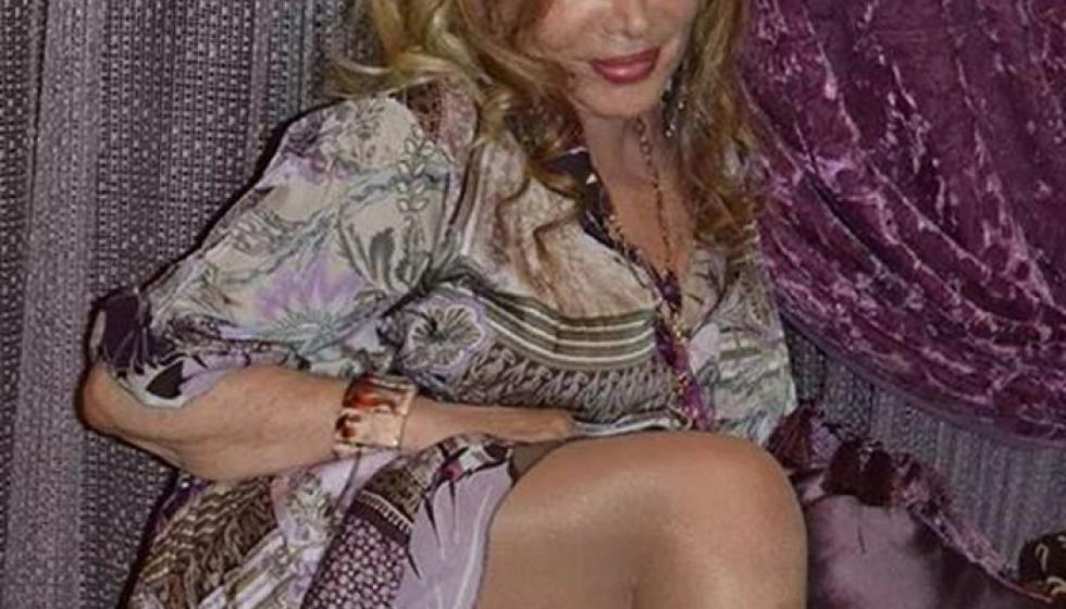 في الثمانين، جاكلين تتدلل وتستعرض ساقيها