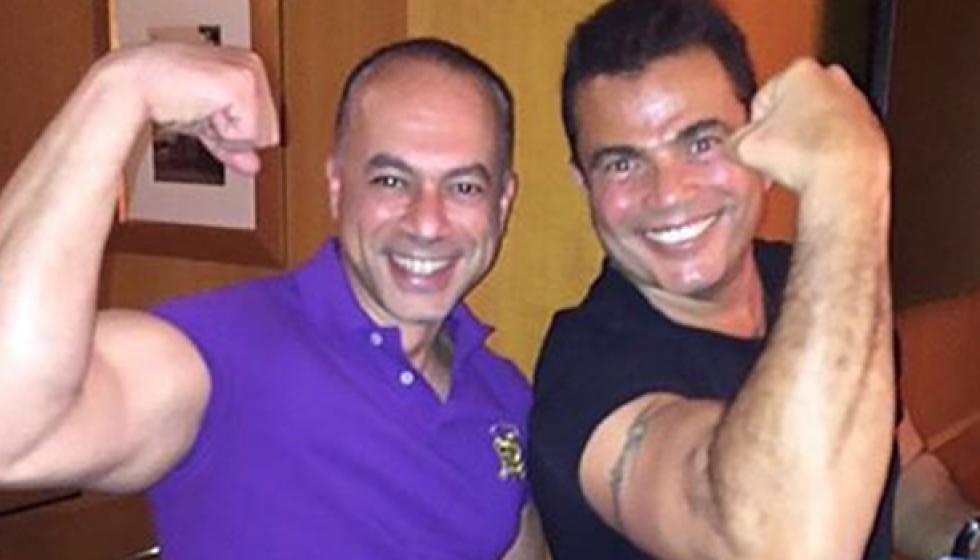 عمرو دياب يتحدى ويستعرض عضلاته