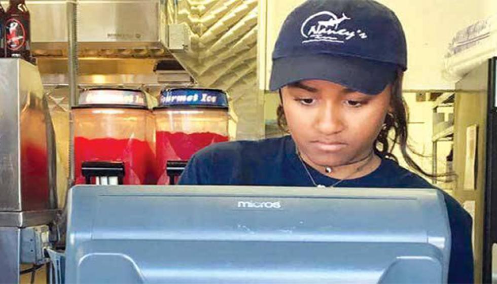 ابنة أوباما تعمل في مطعم يملكه لبناني