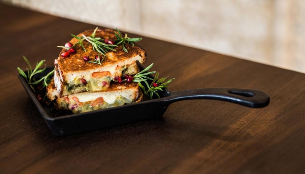من وصفات الطهاة: سندويتش الجبنة والزعتر بالطماطم والرمان.