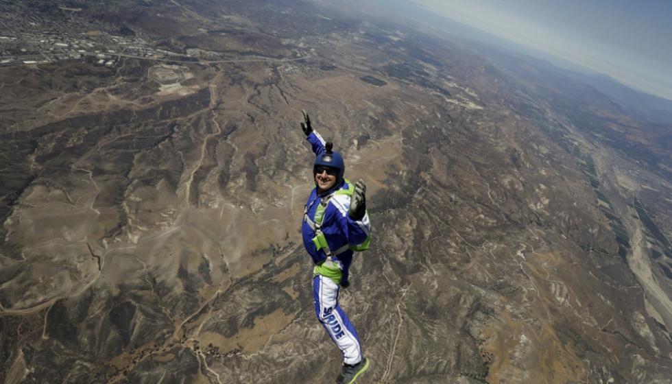 سيقفز عن ارتفاع 8 كيلومترات، مباشرة على الهواء، بلا مظلة!