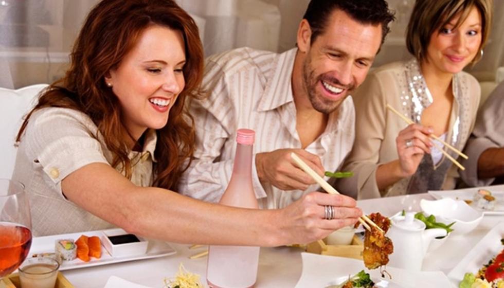 المرأة تأكل كالعصفورة بوجود الرجل وهو كالحصان