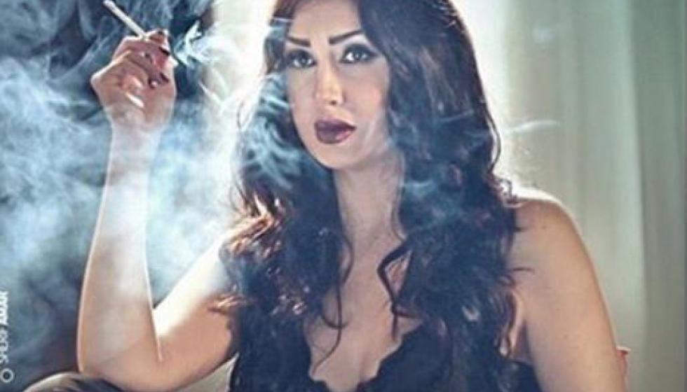سيجارة غادة عبد الرازق تعرضها للسخرية والإنتقاد