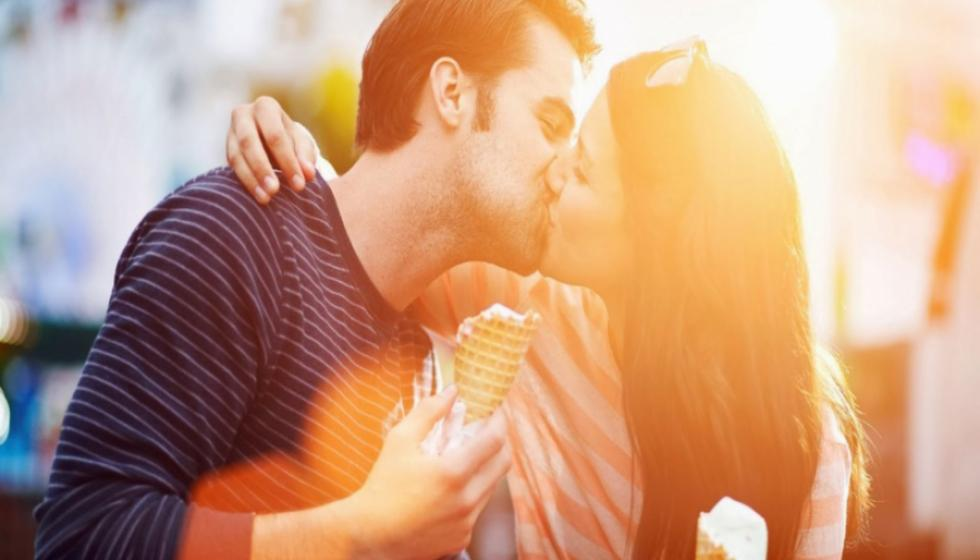 عند التقبيل، إلى أي جهة يجب أن يميل الأحبة رؤوسهم؟