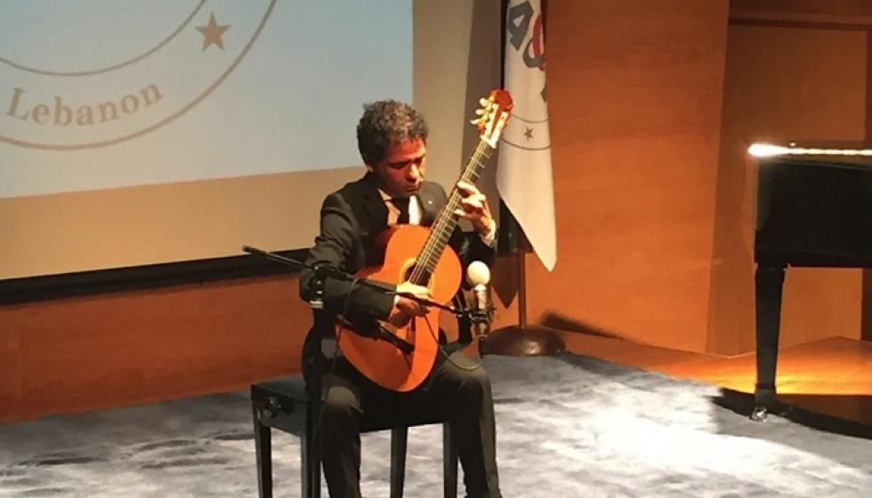 """سيمون أونيس على الغيتار في """"AUT"""""""